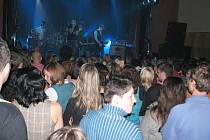 KAPELA ROZPROUDILA DAV. Známá česká rocková kapela Chinaski dokázala naplnit chebské Produkční centrum Kamenná k prasknutí.