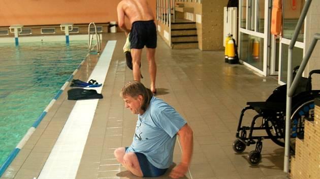 Potápěči a vozíčkáři v chebském plaveckém bazénu
