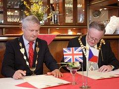 STAROSTA Mariánských Lázní Zdeněk Král (na snímku vlevo) společně se starostou města Malvern Ianem Hopwoodem (vpravo) při podpisu partnerské smlouvy.