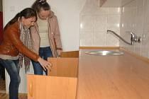Ukrajinci při výběru bytů v Chebu.