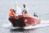 Začátek prázdnin mohou děti oslavit třeba jízdou na motorovém člunu