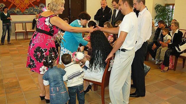 Pracovnice chebského městského úřadu přivítaly v chebské obřadní síni pětadvacet nových občánků města Chebu.