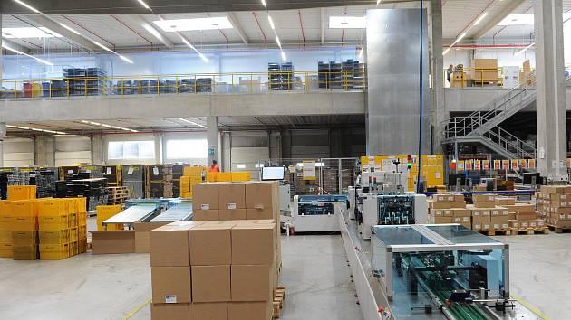 Cheb – Společnosti DHL se na chebské průmyslové zóně daří. Své služby dokonce rozšiřuje a pro jednoho ze svých zákazníků nově vyřizuje objednávky z internetového obchodu. Do tří let chce ročně vyřídit přes pět milionů objednávek. Plocha původního provozu