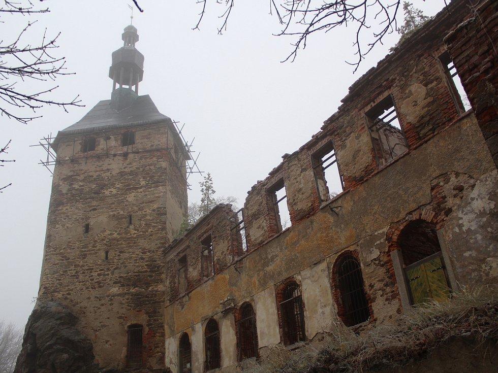 Čerti, kam se člověk podíval, andělé, Mikulášové a vystrašené děti. Tak vypadal další ročník Mikulášské jízdy v Hřebenech na Sokolovsku.