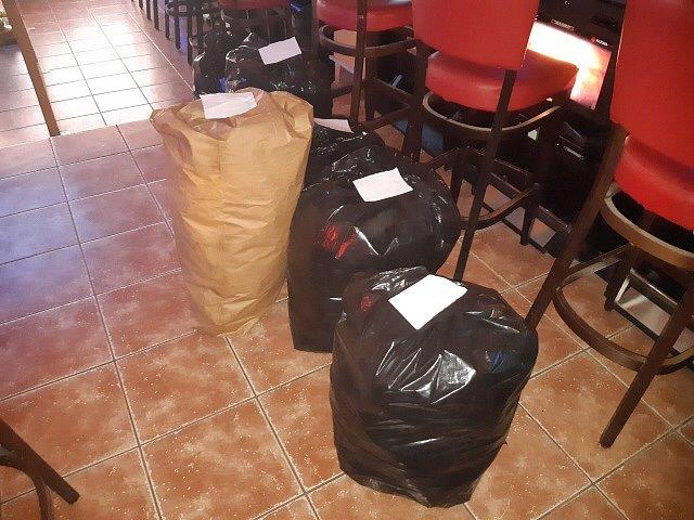 Padesát beden s nekolkovaným tabákem objevili policisté při domovní prohlídce bytového domu v ašské Hlavní ulici.