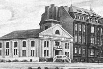 Pohled na kostel Božského Srdce Páně v době, kdy sloužil svému původnímu účelu. Vedle stál internát řádu oblátů.