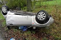 Řidička se přetočila s autem na střechu.