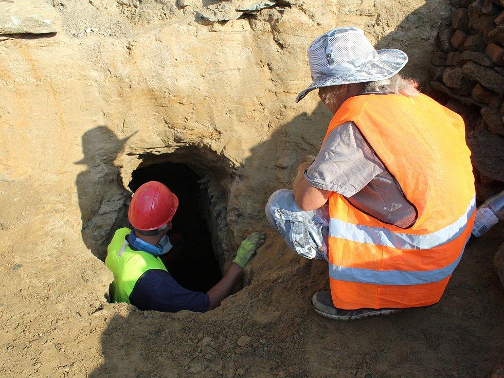 Dva unikátní historické sklepy se podařilo najít dělníkům při stavbě parkoviště v ašské ulici Příbramská.  Zkoumají je archeologové z Muzea Cheb.