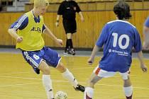 ZÁSTUPCI chebského regionu ve futsalové divizi skupiny C byli v hale Lokomotivy Cheb stoprocentně úspěšní. Dvakrát vyhrál Herd Cheb  i Františkovy Lázně. Na snímku  David  Šneberger  (vlevo) v duelu Chebu se Staňkovem.