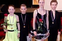 STŘÍBRNÍ CHEBANÉ. Druhá místa v Praze získali Adéla Brňáková se svým partnerem Janem Horníkem v latinskoamerických tancích a Kateřina Janeková s Danielem Raffou ve standardních tancích (zleva).