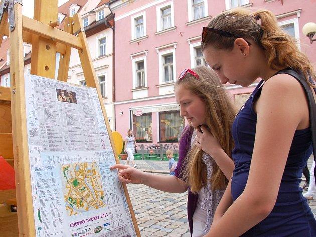 POUTÁKY NA FESTIVAL Chebské dvorky jsou již po Chebu rozestavené. Tereza Tondlová (vlevo) a Nikola Greculová tak už mohly zkoumat, jakou akci si nenechají ujít.