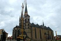 Usazování nové helmice na severní věž chebského chrámu sv. Mikuláše