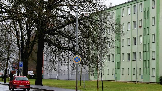 NOVÁ PARKOVACÍ místa by měla vzniknout před domy v chebské ulici 17. listopadu.
