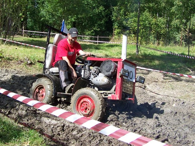 NEJEDE TO a nejede. Na příkopu plném vody při Starovodské traktoriádě si vylámala zuby spousta traktoristů.