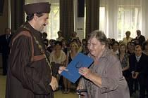 PROMOVALI! Nejstarší absolventka Univerzity třetího věku roku 2008,  Věra Hanusová z Chebu, promovala v červnu.