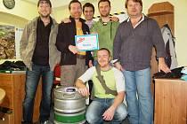 Členové kapely Koala z Chebu si z redakce Chebského deníku odnesli sud piva. V soutěži Deníku Muzikant roku získali nejvyšší počet hlasů.
