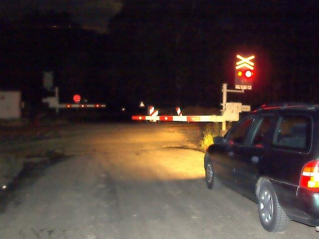 Takový pohled se naskytl řidičům, kteří cestovali mezi Lipovou a Dolními Lažany. Závory byly neustále dole a svítila červená.  Vlak ale nejel.  A tak motoristé čekali.  Většina z nich se po chvíli rozhodla, že poruší zákon a prokličkují mezi závorami