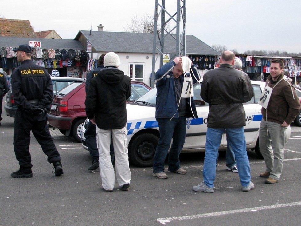 Na tržnici ve Vojtanově se konala policejní rekonstrukce napadení pracovníka celní správy vietnamskými trhovci.