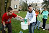 JINDŘICH WASL a Martin Petrikovič (zleva)  statečně sbírali s nadšením do kbelíku plastové pet láhve a další drobné odpadky v rámci ekologické akce Den Země v Chebu. Později se k nim přidali všichni spolužáci a společně vyrazili uklidit  celé sídliště.