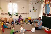 DO JESLÍ PŘI CHEBSKÉM stacionáři pro děti s očními vadami chodí pravidelně třicet žáčků. Stabilně by chtělo svou ratolest umístit deset až patnáct rodičů.