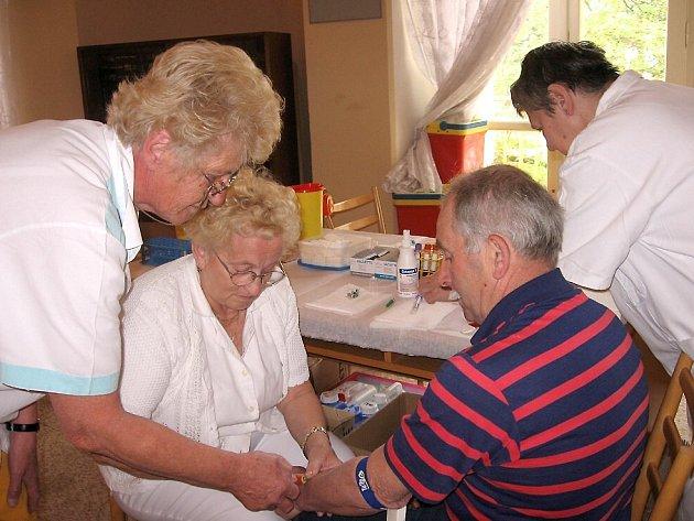 Zdravotní sestry odebírají vzorek krve