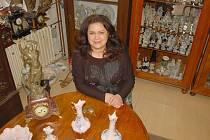 ALICE ZADINOVÁ z bazárku na chebském náměstí pomáhá lidem prodat nejrůznější nepotřebné věci. Mezi artefakty je nejvíce porcelánových souprav, sošek a hodin.