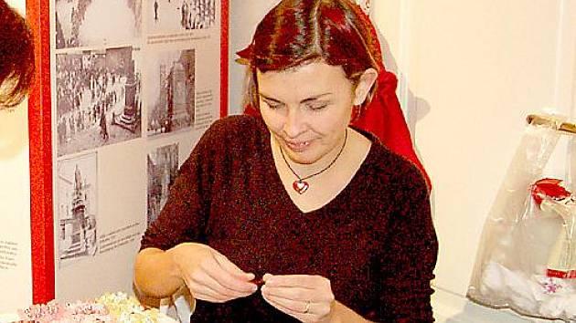 PÁR KORÁLKŮ, drátek a šikovné ruce a šperk je na světě. Lenka Kremová se ale nevyhýbá ani jiným materiálům.