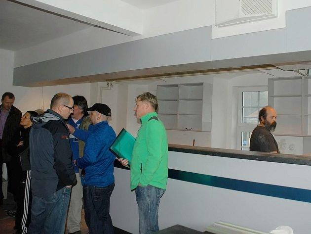 VNITŘNÍ PROSTORY právě rekonstruovaného bývalého učňovského střediska si společně prohlédli zástupci stavební firmy a města Aše.