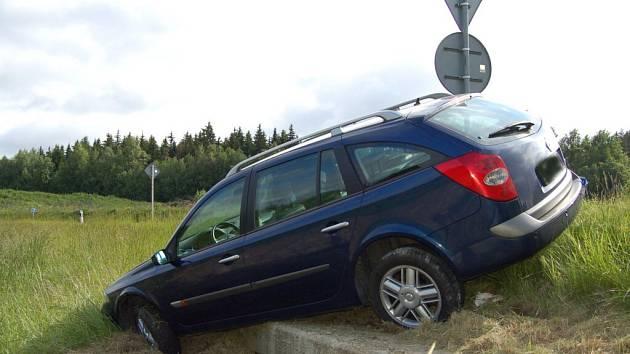 Mimo vozovku skončilo německé auto u kruhové křižovatky před Aší. Policisté ho zajistili ´botičkou´.