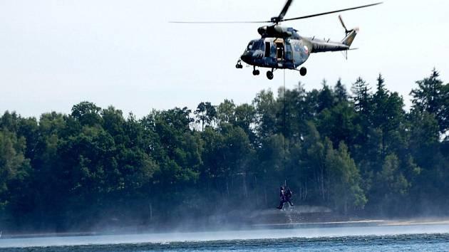 Spolupráce hasičů a letecké záchranky má skončit. Cvičení na Jesenické přehradě