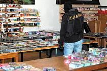 V BUDOVĚ, KTERÁ JE V AREÁLU AŠSKÉ TRŽNICE Lipový Dvůr, celníci objevili tajné centrální distribuční místo padělaných DVD a CD. Dohromady si zde trhovci uskladnili 34 tisíc nosičů.
