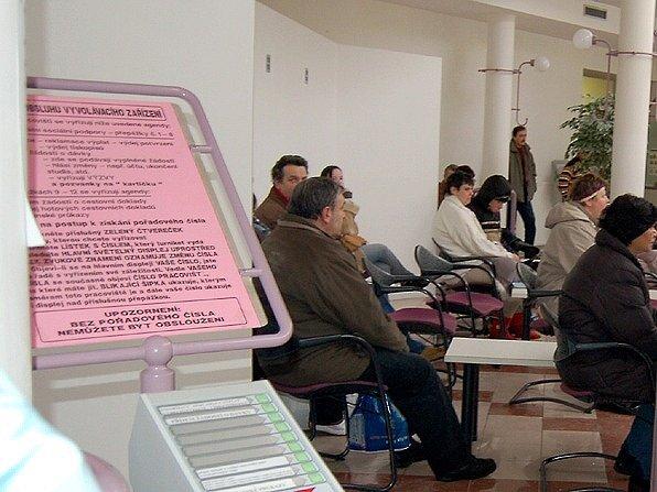 JE TŘEBA VYMĚNIT I OBČANKY. Lidé by si měli vyměnit občanské průkazy vydané do 31. 12. 1998.