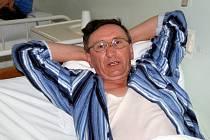 Josef Novák na lůžku v karlovarské nemocnici
