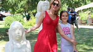 Sabina Laurinová po slavnostním odhalení soch velmi ochotně zapózovala s návštěvníky a podepisovala