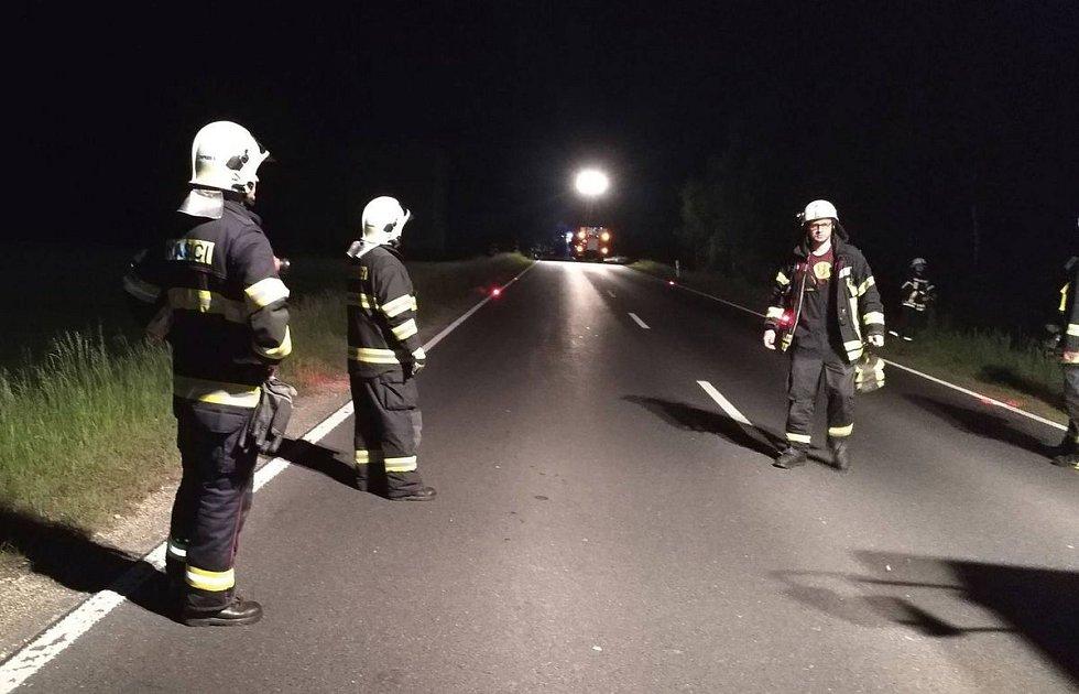 Na pomoc s transportem z nepřístupného terénu přijeli i hasiči z Aše a lezecké družstvo z Chebu.