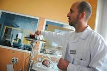 NOVOROZENECKÉ ODDĚLENÍ ZÍSKALO od vietnamských občanů, kteří podnikají v tržnici Dragoun, nový přístroj. Pulsní oximetr bude hlídat miminka, která neměla snadné narození.