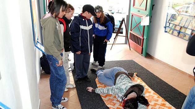 Mladí zdravotníci ošetřovali u chebského kostela svatého Mikuláše reálně vypadající zranění