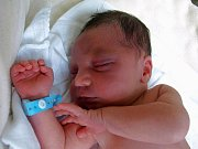 DANIEL BARTOŠ se narodil v úterý 26. srpna v 9.30 hodin. Při narození vážil 3400 gramů a měřil 51 centimetrů. V Aši se těší na návrat maminky Jany a malého Danečka dvanáctiletá Helenka a tatínek Karel.