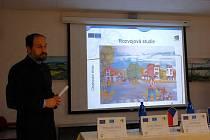 PŘEDSTAVILI PROJEKT. Budoucnost areálu bývalých klimentovských kasáren představil včera ve Velké Hleďsebi architekt Miroslav Míka.