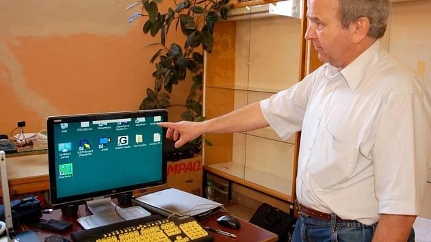 Lupy, mobily a počítače. To vše bylo k vidění na jednodenní výstavě v chebské městské knihovně.