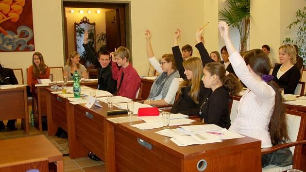 STUDENTI septimy A chebského gymnázia si vyzkoušeli roli zastupitelů.