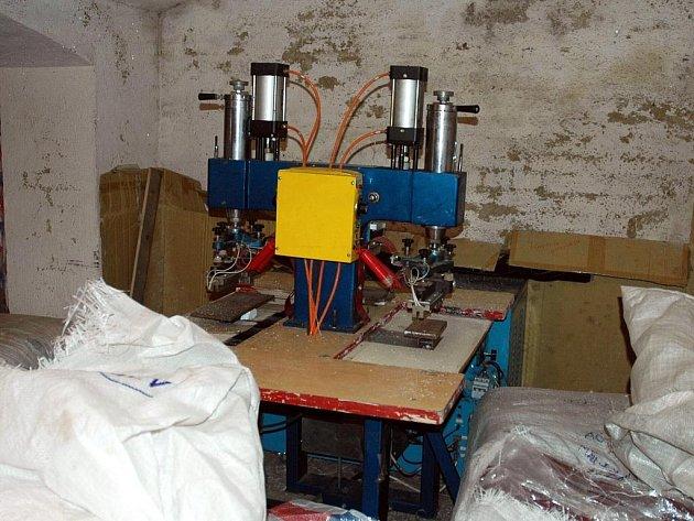 VE ČTYŘPATROVÉM DOMĚ blízko centra Chebu celníci zajistili osm multifunkčních strojů určených k našívání značkových doplňků na textilní výrobky a k potisku oděvů a pět  matric.