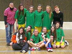 TÝM starších žákyň z mariánskolázeňské základní školy Jih si z turnaje odvezl krásné páté místo.