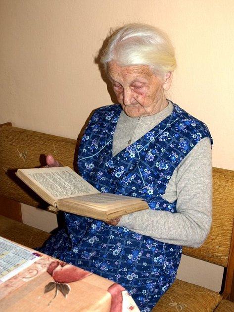 BRÝLE NEJSOU TŘEBA!  Mezi záliby osmadevadesátileté Anny Povondrové patří četba. Pokud nejsou písmenka příliš malá, brýle nepotřebuje.