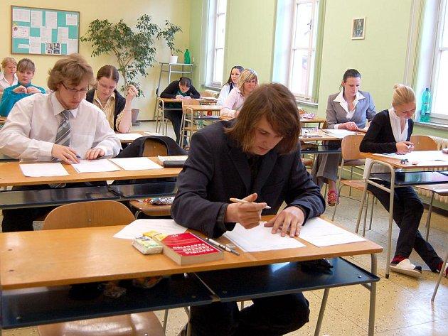 Písemnou zkouškou z českého jazyka včera začaly letošní maturity. Na chebské Střední zdravotnické škole si mohli studenti vybrat ze čtyř okruhů.