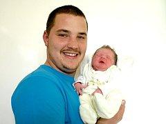 PAVEL ČERY bude mít v rodném listě datum narození pondělí 24. října v 10.28 hodin. Na svět přišel s váhou 3 020 gramů a mírou 50 centimetrů. Doma v Chebu se z malého Pavlíčka raduje maminka Marcela spolu s tatínkem Pavlem.