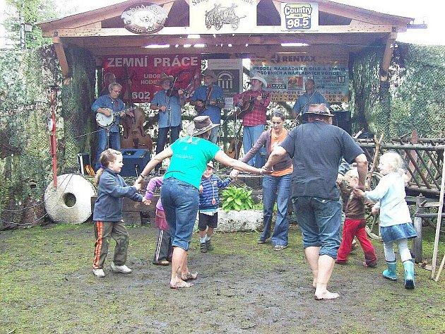 TRADIČNÍ AKCE – ŽEBŘIŇÁK v Salajně u Dolního Žandova přilákala desítky hostů.