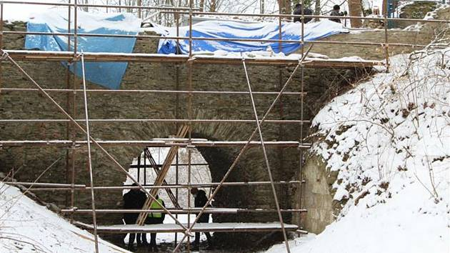 Na opravu mostu dohlížejí památkáři.