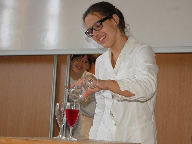Studenti chebského gymnázia měnili vodu ve víno. Před Gymnáziem Cheb se konal další ročník akce Věda před radnicí.