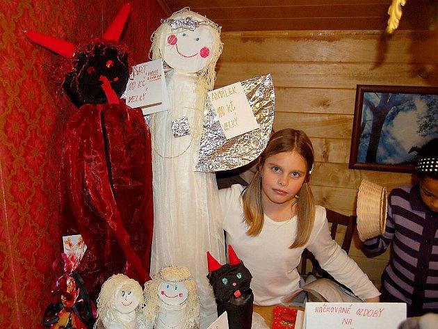 Prodej vánočních předmětů a kulturní program se v usměvavé atmosféře  uskutečnil v  prostorách restaurace Bažina ve Františkových Lázních.